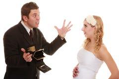 Koppla ihop brudgummen och bruden med den tomma handväskan, konflikt Royaltyfri Fotografi