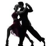 Koppla ihop dansare för mankvinnabalsalen som tangoing silhouetten Royaltyfri Foto
