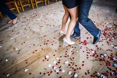 Koppla ihop dansen på ett dansgolv under ett bröllopparti arkivfoton
