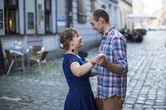 Koppla ihop dansen på gatan av den gamla staden Nygifta personer på deras bröllopsresa Royaltyfri Fotografi