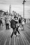 Koppla ihop danstango på en flodHudson pir, NYC Arkivbilder