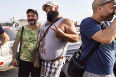 Koppla ihop deltar i den Lazio stolthethändelsen och poserar lyckligt för kameran Arkivbild