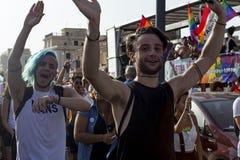 Koppla ihop deltar i den Lazio stolthethändelsen och poserar lyckligt för kameran Royaltyfri Fotografi