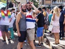 Koppla ihop deltar i den Lazio stolthethändelsen och poserar lyckligt för kameran Royaltyfri Bild