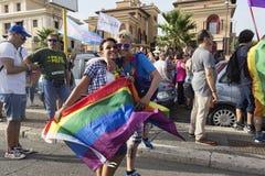 Koppla ihop deltar i den Lazio stolthethändelsen och poserar lyckligt för t Royaltyfri Bild