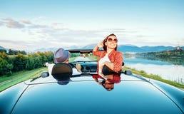 Koppla ihop den förälskade ritten i cabriolet på det pittoreska berget roa royaltyfri foto