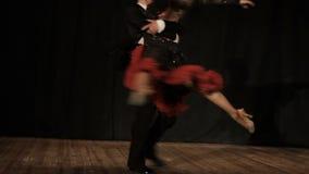Koppla ihop, den unga härliga kvinnan och dansen för ung man stock video
