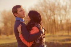 Koppla ihop den unga mannen och flickan tillsammans på naturen Royaltyfri Foto