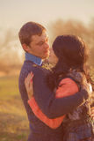 Koppla ihop den unga mannen och flickan tillsammans på naturen Royaltyfri Fotografi
