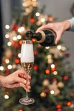 Koppla ihop dricka champagne Arkivbild