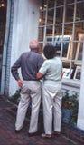 Koppla ihop fönstershopping på en konstmitt in royaltyfria bilder