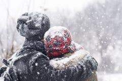 Koppla ihop förälskad det fria som kramar på en vinterdag Arkivfoto