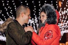 Koppla ihop förälskade hållande händer och att tycka om ett intimt ögonblick royaltyfria foton