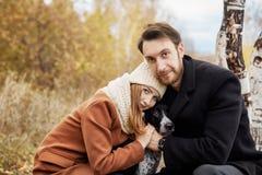 Koppla ihop förälskat gå i parkera, valentindag En man och en kvinna omfamnar och kysser, förälskade mjuka känslor för ett par oc royaltyfri foto