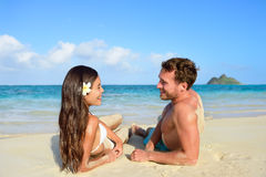 Koppla ihop förälskat koppla av på stranden - semesterlopp Royaltyfria Foton