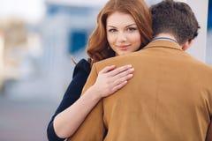 Koppla ihop förälskat på bakgrunden av vårstaden Fotografering för Bildbyråer