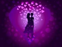 Koppla ihop förälskat på purpurfärgad bakgrund bland de många hjärtorna Arkivbild