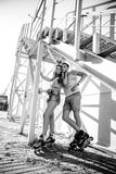 Koppla ihop förälskat på rullarna nära trappan på gatan blA Arkivfoto