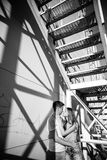 Koppla ihop förälskat på rullarna nära trappan på gatan blA Royaltyfri Fotografi