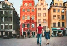 Koppla ihop förälskat resa tillsammans i Stockholm royaltyfria bilder