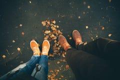 Koppla ihop förälskat romantiskt utomhus- för man- och kvinnafot royaltyfri bild
