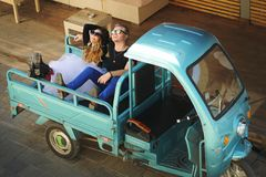 Koppla ihop förälskat sammanträde i baksidan av en mini- lastbil Royaltyfri Fotografi