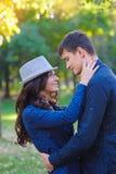 Koppla ihop förälskat strosa tillsammans i ett härligt parkerar Fotografering för Bildbyråer
