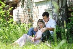 Koppla ihop förälskat utomhus Fotografering för Bildbyråer