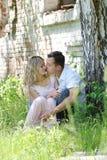Koppla ihop förälskat utomhus Royaltyfri Fotografi