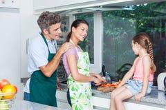 Koppla ihop flickan, fadermodern och dottermatlagning Royaltyfri Bild