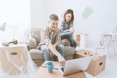 Koppla ihop flyttningen in i deras nya hus arkivbilder