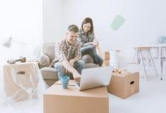 Koppla ihop flyttningen in i deras nya hus arkivfoto