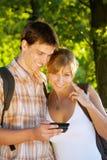 Koppla ihop genom att använda mobil ringer utomhus Arkivbild