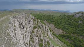 Koppla ihop i berg på kanten av en mäktig klippa i Krim lager videofilmer