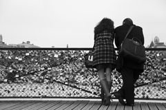 Koppla ihop i bron av konster i paris Arkivbilder