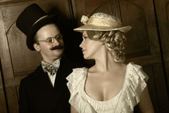 Koppla ihop i det 19th århundradeplagget med kvinnan i framträdande roll Royaltyfria Bilder
