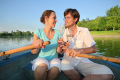Koppla ihop i ett fartyg med ett exponeringsglas av champagne Arkivbilder