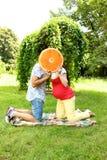 Koppla ihop i förväntan av en behandla som ett barn på en gå fotografering för bildbyråer