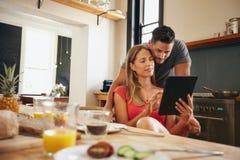 Koppla ihop i kök som delar en intressant plats på den digitala minnestavlan Arkivfoto