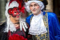 Koppla ihop i maskeringar på den Venetian karnevalet 2014, Venedig, Italien Royaltyfria Bilder