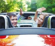 Koppla ihop i röd cabriolet i en solig dag Royaltyfria Foton