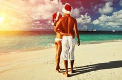 Koppla ihop i santas hatt på en strand på Maldiverna Arkivfoto
