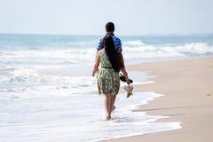 Koppla ihop i stranden royaltyfri foto