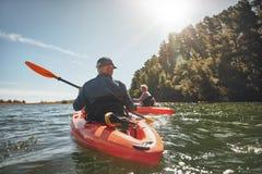 Koppla ihop kayaking i sjön på en solig dag Royaltyfri Foto