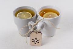 Koppla ihop kopp te med en citron på tabellen, vintersymbol-snöflinga Ferier, jul, vinter, mat och drinkbegrepp royaltyfria bilder