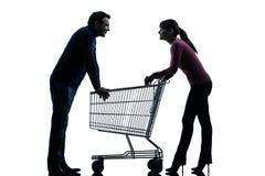 Koppla ihop kvinnamanen med shoppingvagnsdatummärkning som flörtar silhouetten Royaltyfri Foto