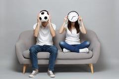 Koppla ihop kvinnamanfotbollsfan i vitt t-skjortan jubel upp det favorit- laget för service som täcker framsidan med den runda kl royaltyfri fotografi
