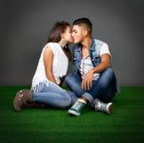 Koppla ihop kyssar i en parkera Royaltyfri Foto