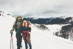Koppla ihop man- och kvinnahandelsresande som klättrar dimmiga berg royaltyfri bild
