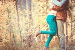 Koppla ihop mannen och kvinnan som kramar förälskad romantisk utomhus- livsstil arkivbilder